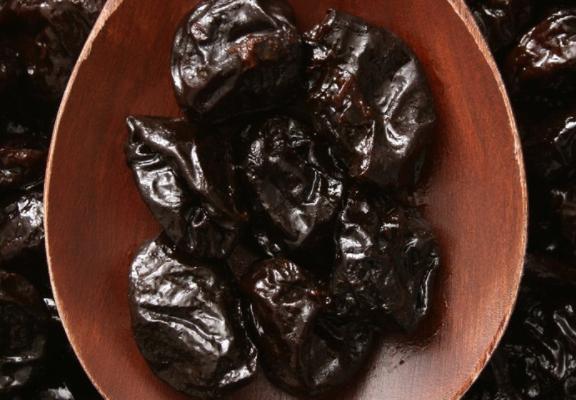 """8 benefits of prunes """"Black gemstones"""""""